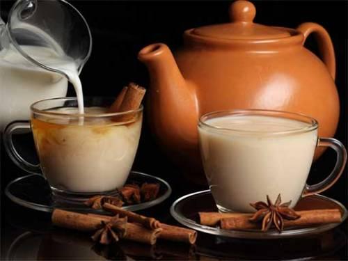 Добавление молока в чай поможет сохранить белизну зубов
