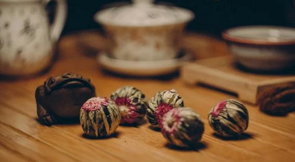 Из чего делают связанный чай и может ли он стать основой для полезного напитка?