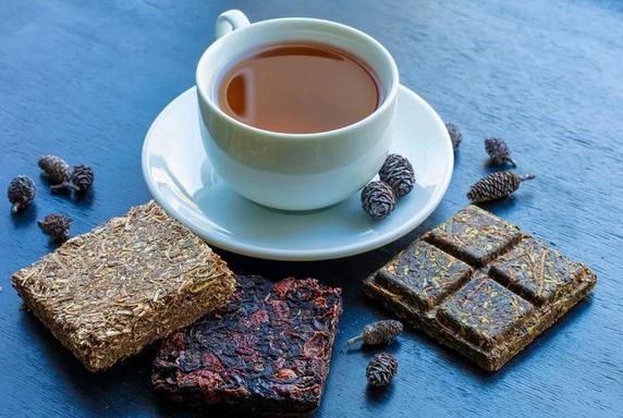 Спрессовано в России: как делают чай в брикетах и блинчиках
