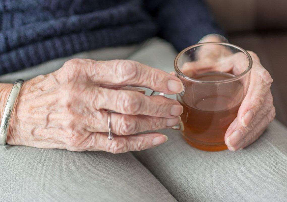 Зеленый чай и рябина: чем полоскать горло для защиты от COVID-19?