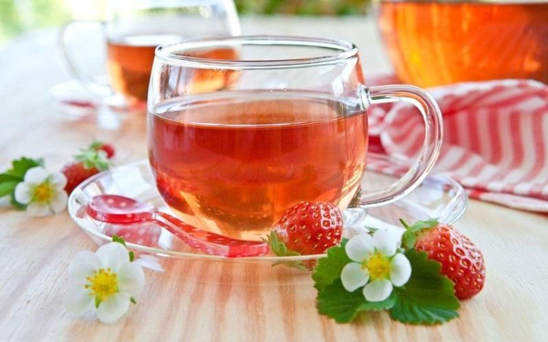 Холодный черный чай с клубникой
