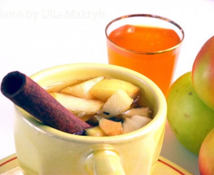 Зеленый чай с яблоком, медом и льдом из ромашки